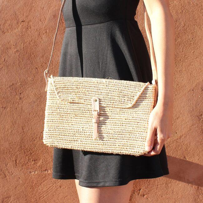 small natural straw raffia bag Clutch triangle Natural leather natural closure